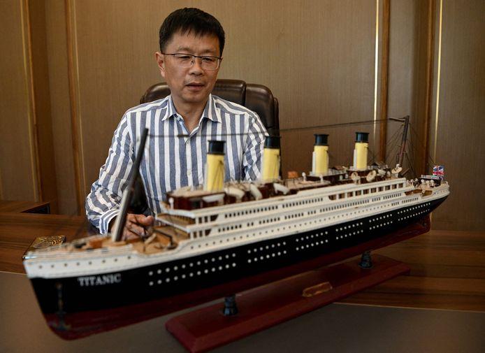 Su Shaojun met een replica van de Titanic