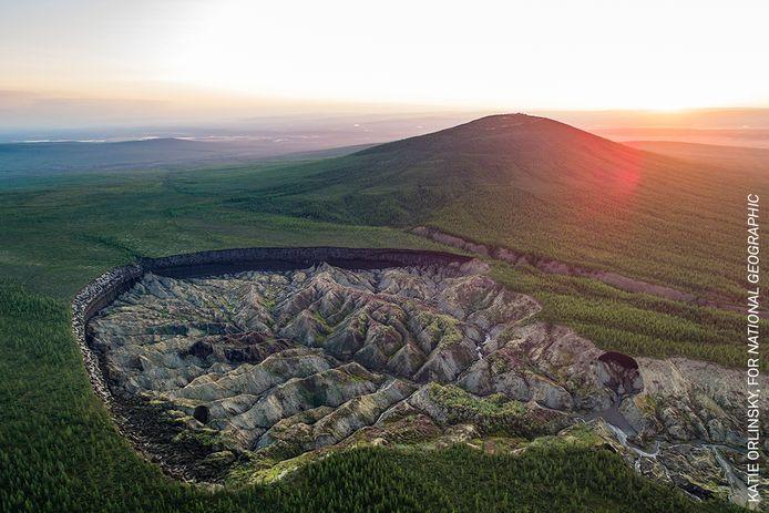 In de serie Milieu: De Batagaika krater bij de Siberische stad Batagay ontstond in 1960 door ontdooiend permafrost en neemt toe met tien tot dertig meter per jaar. Het ontdooien gaat veel harder dan deskundigen dachten. Foto uit de serie The Carbon Threat die de Amerikaanse fotografe Katie Orlinsky maakte voor National Geographic.