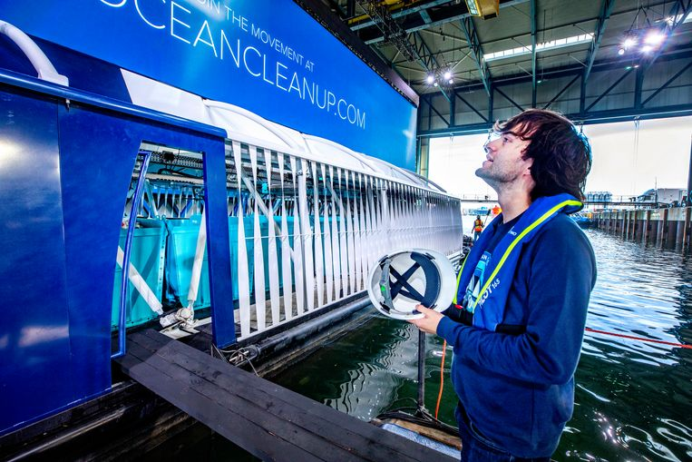 Boyan Slat tijdens de presentatie van zijn 'interceptor', die plastic in een rivier onderschept. Beeld Raymond Rutting