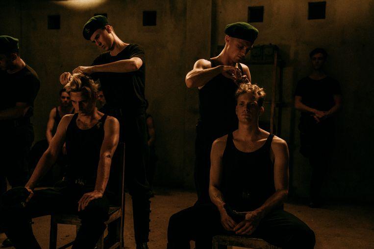 De rekruten voor de eenheid van kapitein Raymond, die ook 'De Turk' wordt genoemd, moeten zich in de film schikken naar zijn orders. Beeld Amazon Prime Video