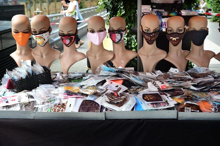 In het centrum van Rotterdam worden mondkapjes op straat verkocht.  Beeld Marcel van den Bergh