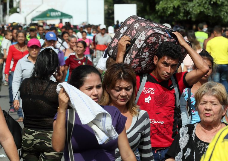 Venezolanen steken de grens met Colombia over. Beeld EPA