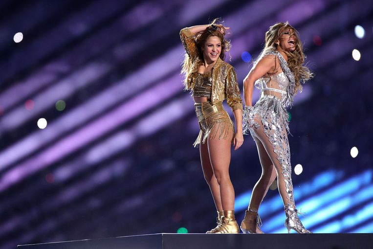 Shakira and Jennifer Lopez tijdens de Halftime Show at Hard Rock Stadium in Miami, Florida.
