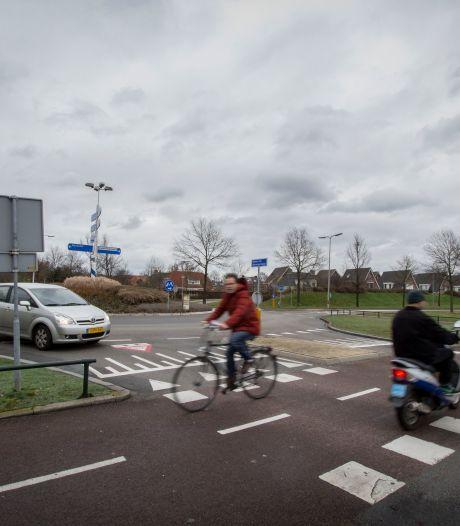 Is fietspad langs Helmkruidlaan wel beste oplossing voor gevaarlijke rotonde? Hellendoornse politiek is nog niet overtuigd
