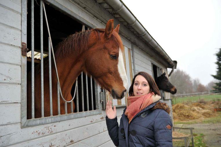 Steffi Verheyden aan haar paardenstal.