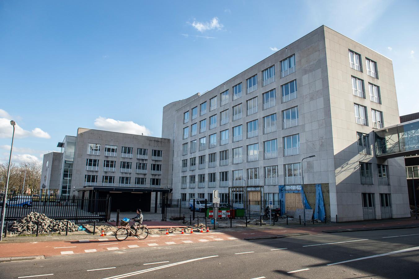 BREDA - Hier komt het nieuwe politiebureau van Breda. De politie verhuist van het Chasséveld naar de begane grond en de eerste verdieping van het pand aan de Claudius Prinsenlaan 12-14. Dat is het gedeelte van het L-vormige gebouw dat links uitsteekt. In de hoek komt ook de ingang naar het politiebureau.