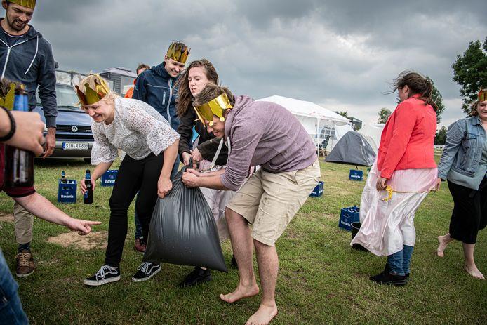 Campinggasten vieren een feestje op camping Het Groene Eiland in Appeltern.