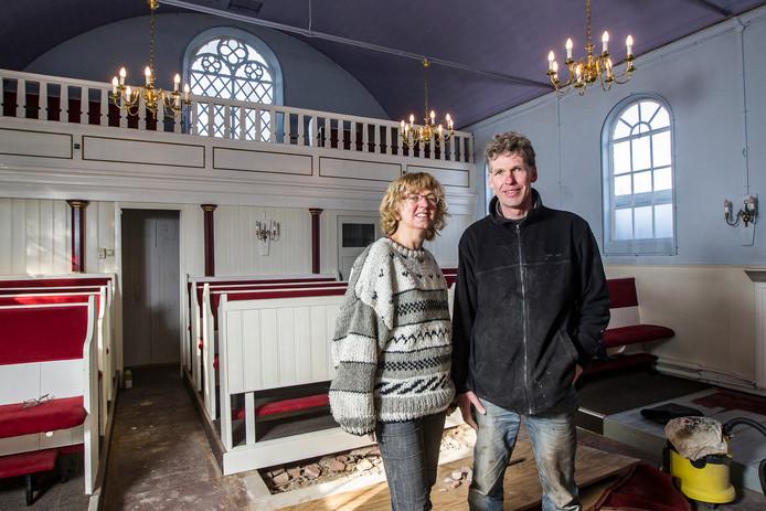 Guusta Zuurbier en Johan Jonker, eigenaren van de voormalige synagoge in Raalte, tijdens de verbouwing afgelopen winter.