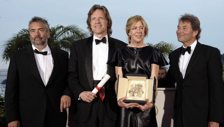 De producers Luc Besson en Bill Pohlad en Sarah Green poseren namens regisseur Terrence Malick na het winnen van de Gouden Palm voor zijn filosofische epos The Tree of Life. Foto ANP Beeld