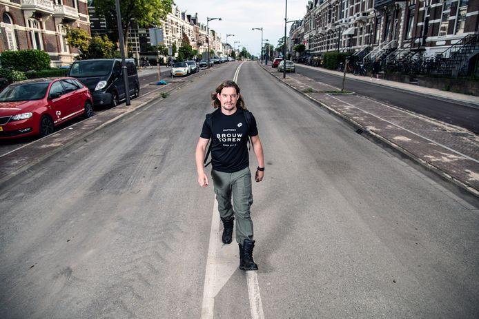 Vierdaagseloper Maarten Bakker op een lege Sint Annastraat, die tijdens de Vierdaagse wordt omgedoopt tot Via Gladiola.