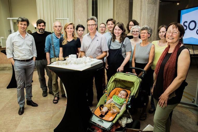 De gezinnen kwamen luisteren naar de plannen van het cohousingproject.