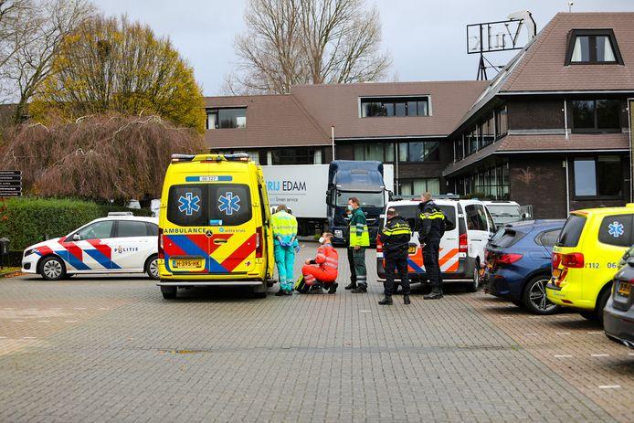 De hulpdiensten zijn massaal uitgerukt naar De Cantharel in Ugchelen. Bij het Van der Valk-hotel is een gewonde persoon aangetroffen.