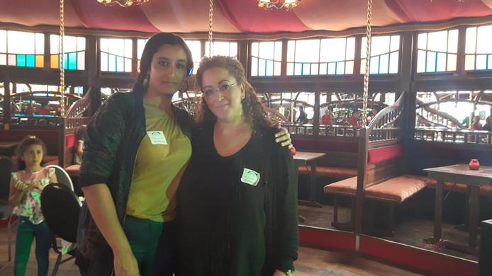 Aziza en nog een andere vrijwilligster in de kermisbar op de nostalgische kermis.