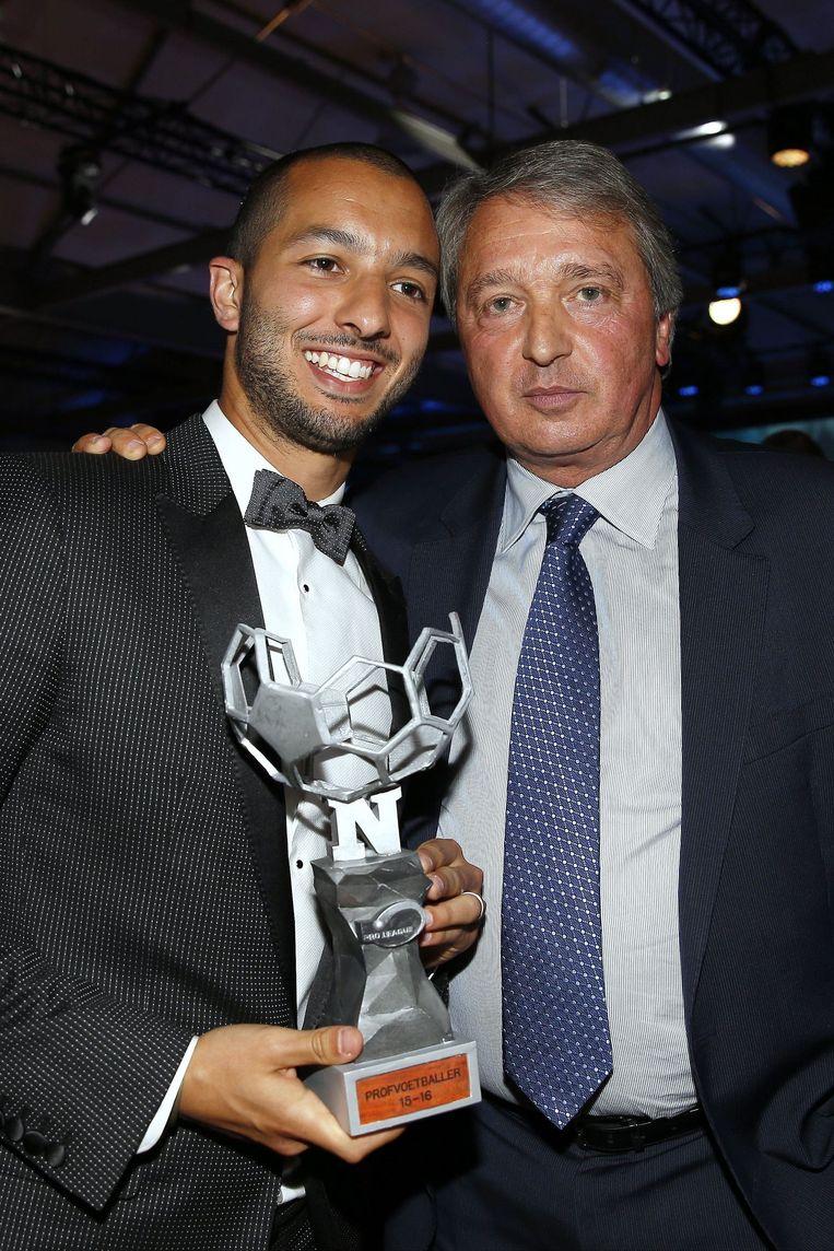 Hanni poseerde met zijn trofee en met zijn nieuwe baas Herman Van Holsbeeck