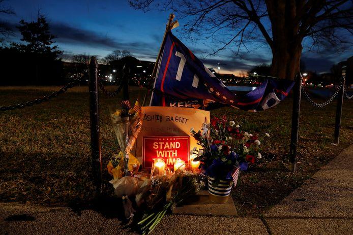 Fleurs et bougies déposées en hommage à Ashli Babbitt, abattue au Capitole
