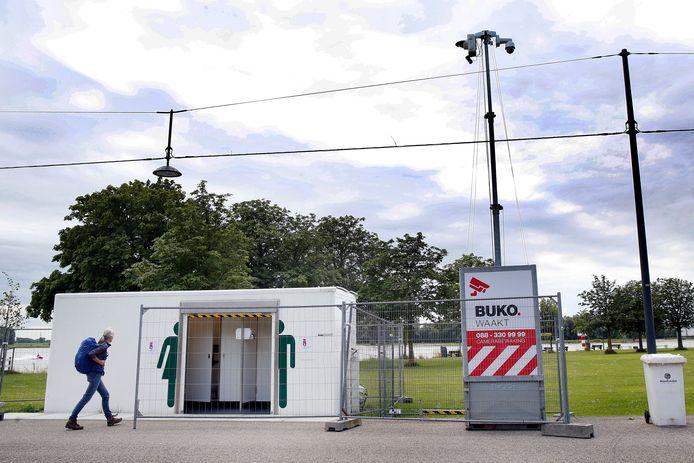Naast het openbare toilet in Buiten de Waterpoort staat nu een camera om het gebouwtje te bewaken.