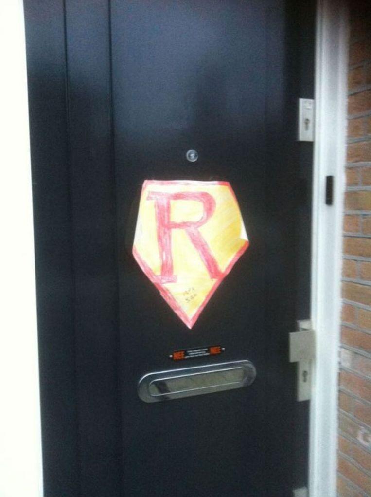 Ook op Abrahams voordeur werd het Superman-logo geplakt. Beeld Privé