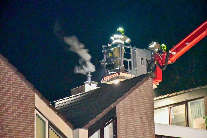 Toen de brand werd ontdekt rookte de schoorsteen flink.