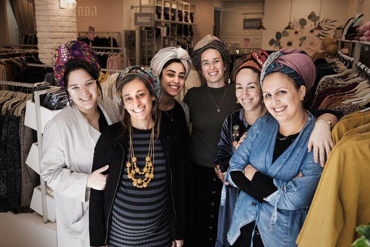 Het personeel in een dameskledingwinkel in de nederzetting Eli.  Beeld Daniel Rosenthal