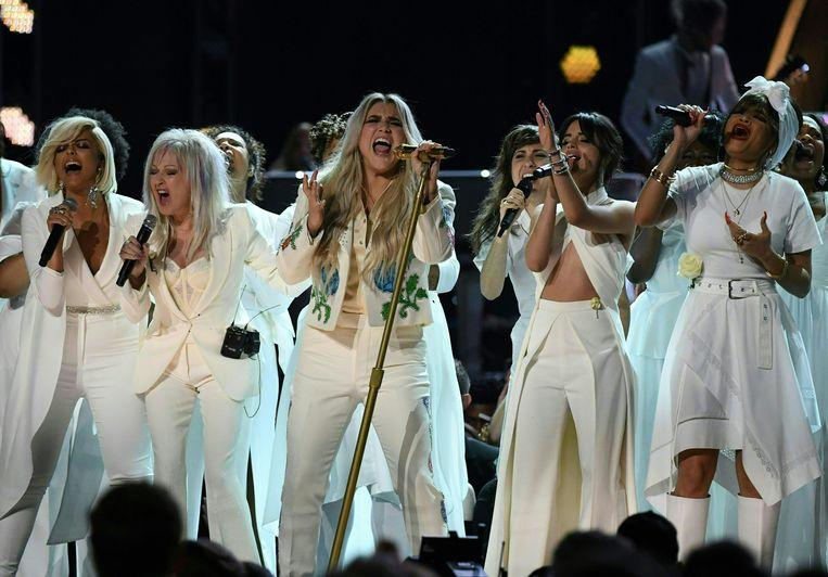 Kesha (midden) met Bebe Rexha, Cindy Lauper, Camila Cabello en Andra Day tijdens de Grammy Awards