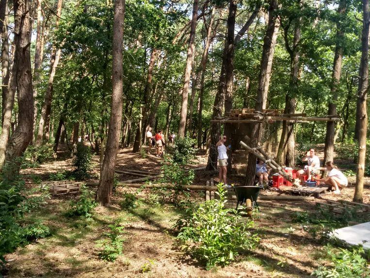 De leden kunnen de schaduw opzoeken in een bos op het domein.