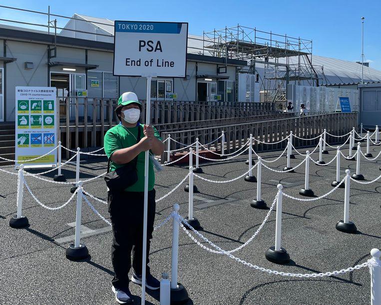 Deze vrijwilliger bewaakt de 'lange rij' bij de veiligheidsscreening van het International Broadcasting Center. Beeld rv