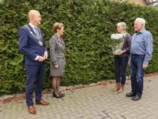 Zeventig Eerselse gouden paren krijgen geen gezamenlijk feestje, maar bos bloemen op 1,5 meter