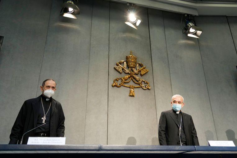 Filippo Iannone (r) en Juan Ignacio Arrieta Ochoa de Chinchetru tijdens de persconferentie waarop de herziening van het kerkelijk wetboek werd aangekondigd. Beeld AP