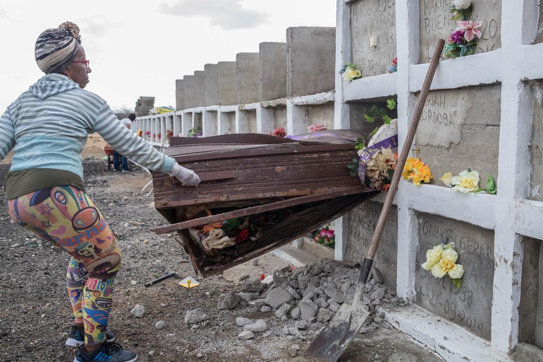 Sonia Bermúdez trekt de doodkist van Venezolaan Saul de Jesus uit de grafmuur. Er moet plaats gemaakt worden voor een volgende.