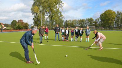 Burgemeester en schepenen spelen nieuw hockeyveld Dender Hockey Club Ninove officieel in