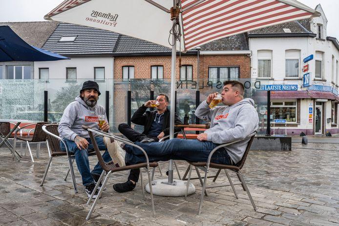 Kristof, Jente en Joran laten zich die eerste frisse pint op het terras smaken.