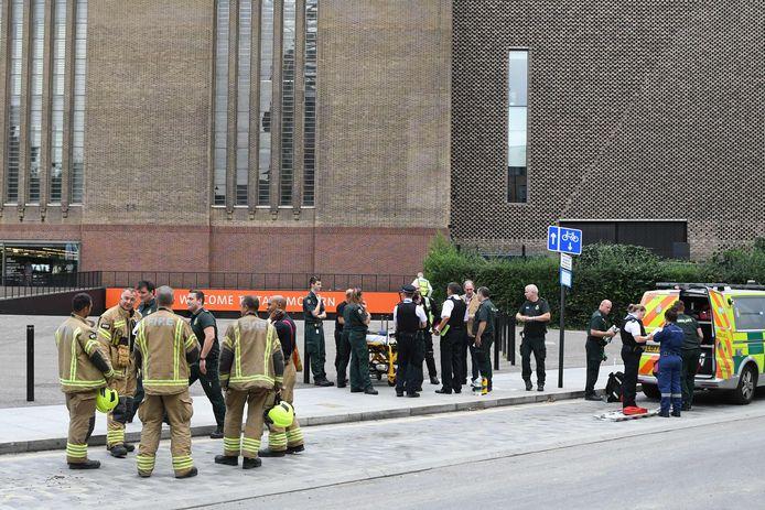Het 6-jarige jongetje werd door een tiener van de tiende verdieping van het Tate Modern in Londen gegooid.