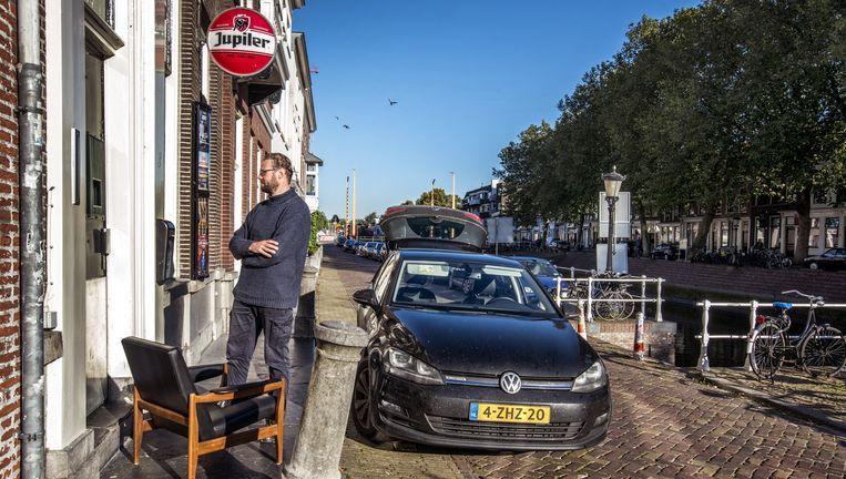 PickThisUp-bezorger Niels Heij levert een op Marktplaats gekochte stoel af bij poppodium Ekko in Utrecht. Beeld Raymond Rutting / de Volkskrant