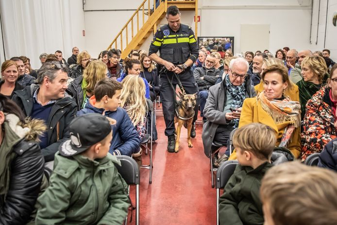 Politiepup Bumper  komt samen met instructeur Stephan de Goese Martin Gausschool binnen.
