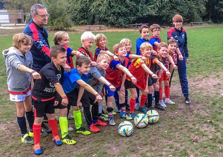 De U10-voetballertjes van Ossmi Brasschaat tonen hun Bracelets for Life.