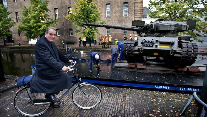 Bas Verkerk neemt een kijkje bij de verhuizing van het Legermuseum Delft.