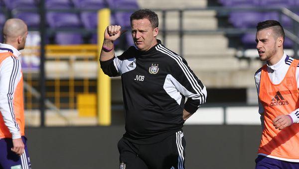John van den Brom tussen zijn spelers op training.