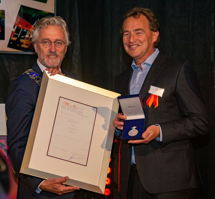 Burgemeester John Jorritsma (links) van Eindhoven en Pieter Janssen, voorzitter Oranje-Rood.