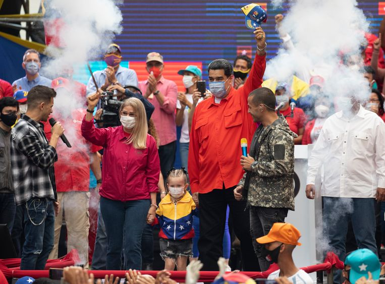 De Venezolaanse president Nicolás Maduro en zijn vrouw bij een verkiezingsbijeenkomst in de hoofdstad Caracas op 3 december 2020. Beeld AP