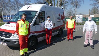 """Vrijwilligers Rode Kruis strijden met 'Covid-wagen' mee tegen coronavirus: """"De angst in de ogen van iemand die besmet is, die laat je niet los"""""""