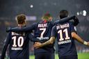 Neymar en Di María feliciteren Mbappé na weer een doelpunt voor Paris Saint-Germain.