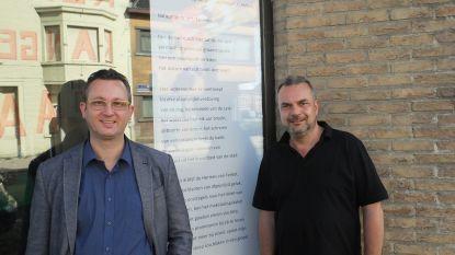 Stadsdichter brengt ode aan Tolpoortstraat met gedicht Tolpoortpijn in vitrine BelCoPrint