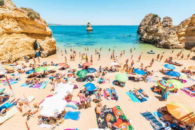 Toeristen genieten van de zon in de Algarve. Beeld Getty Images