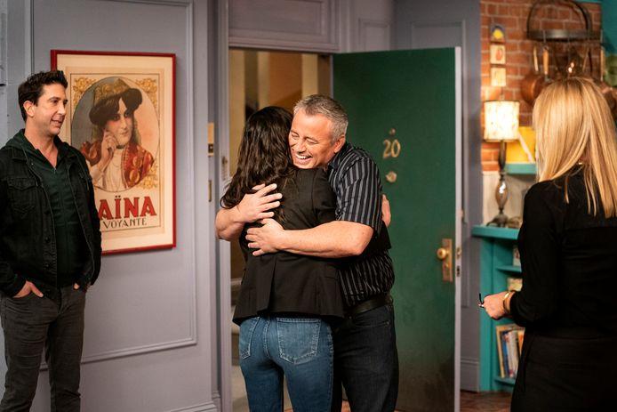 Courteney Cox en Matt LeBlanc, die Monica Geller en Joey Tribbiani spelen in de serie 'Friends'. (Terence Patrick/HBO Max via AP)