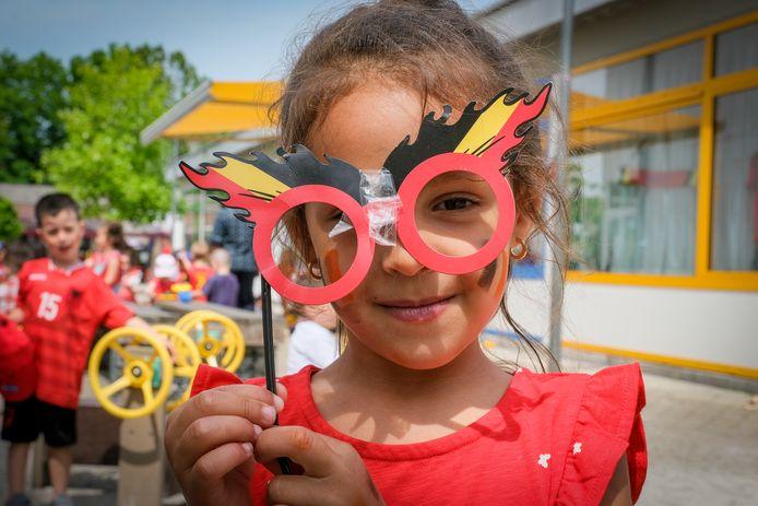Een leerlingen van het schooltje Klim-Op toont trots haar Rode Duivels-bril.