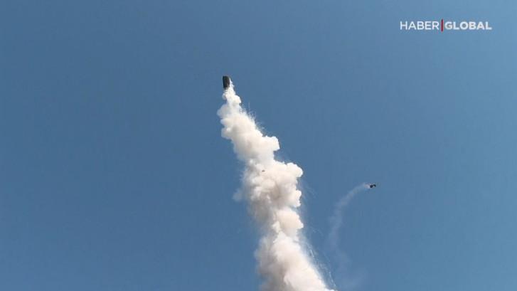 Metalen vat vliegt metershoog de lucht in door explosie