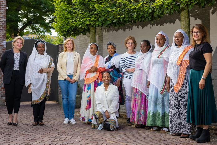 De vrijwilligers met een aantal vrouwen uit Eritrea.