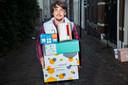 Robby van Eekeren neemt alle pakjes voor zijn buurt in ontvangst.