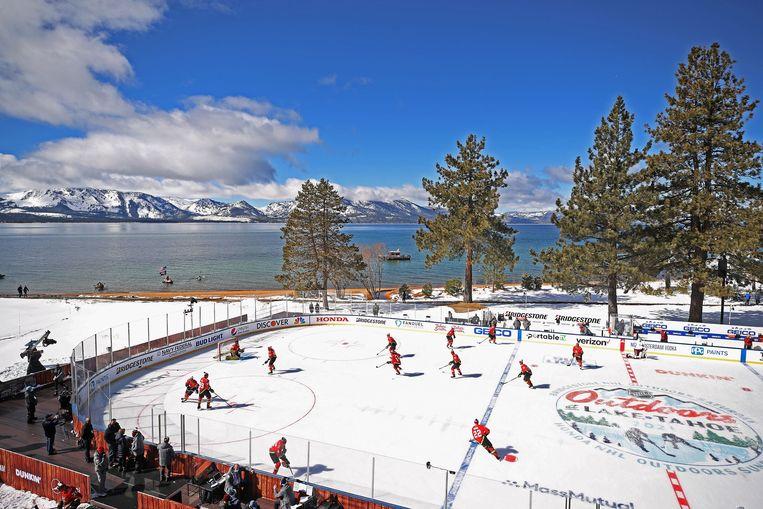 De wedstrijd tussen Colorado Avalanche en Vegas Golden Knights moest na een periode worden stilgelegd omdat het ijs begon te smelten. Beeld AFP