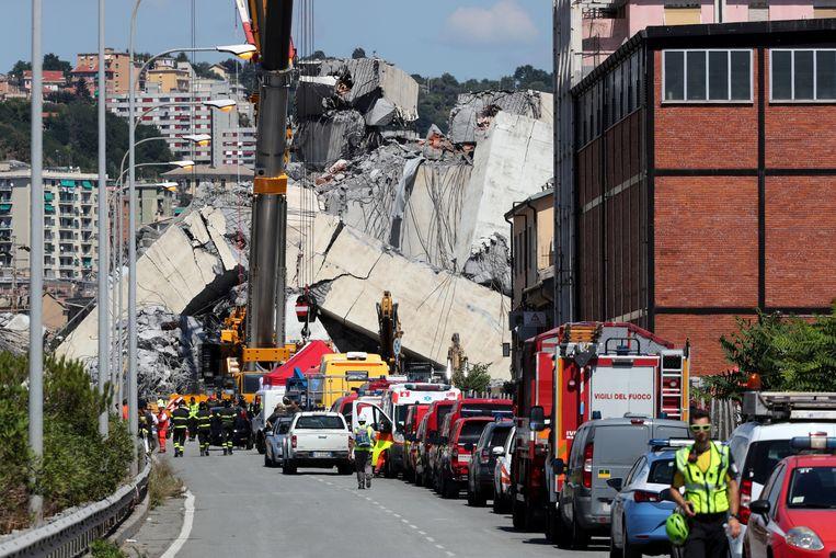 De ingestorte snelwegbrug in Genua. Beeld REUTERS